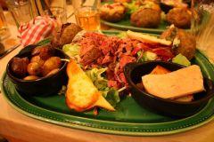Volcan de roquefort dans la pomme de terre, chèvre chaud au miel, gésiers de canard, foie gras... bon appétit !