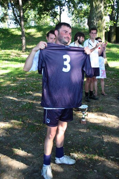 Gibal reçoit un des anciens maillots de son équipe pour son implication