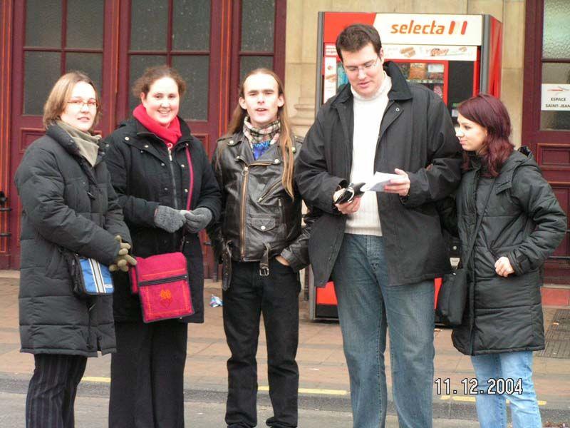 Julie, Nelly, Gilles, Goon et Delf à la gare