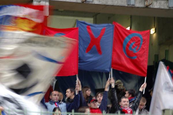 Le tifo lettres, légèrement occulté par un drapeau hexa en mouvement !