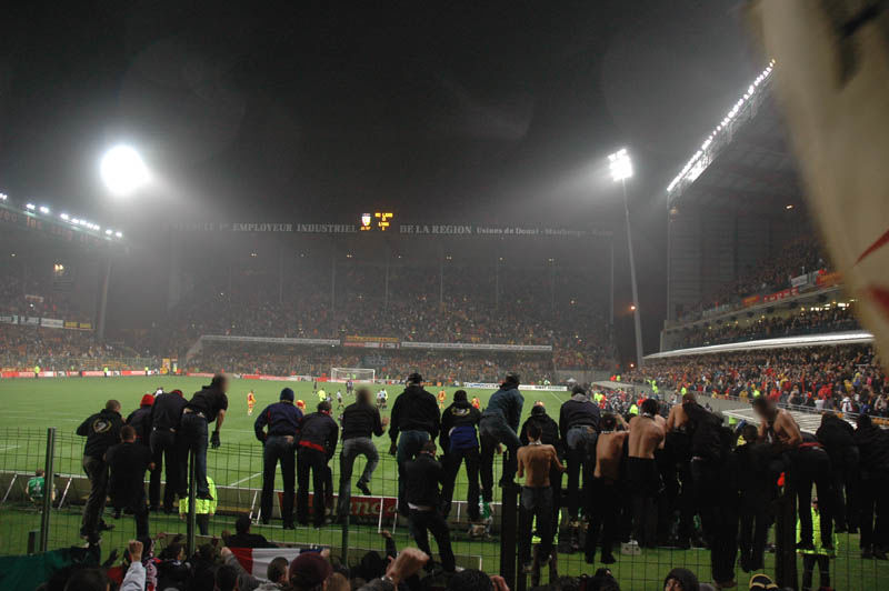 Fin de match... escalade des grilles... les joueurs viendront quasiment tous je crois nous saluer...